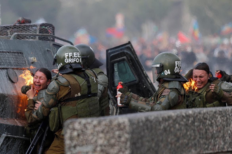 Carabineros atacados en Chile, REUTERS