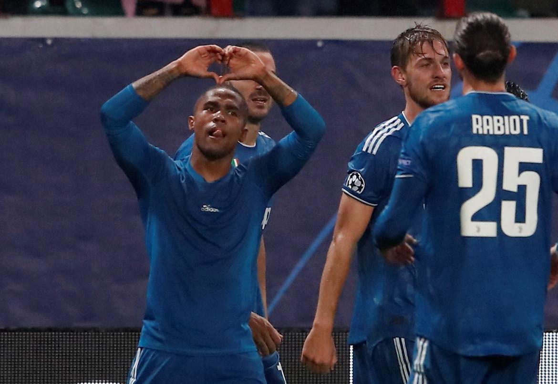 Champions League: Festejo de Douglas Costa para Juventus ante Lokomotiv, REUTERS