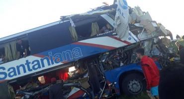 Trágico choque entre un micro y un camión en Gualeguaychú: hay cuatro muertos