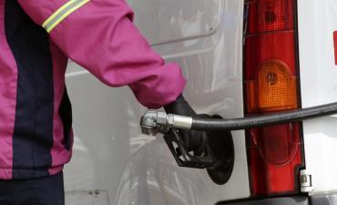 El Gobierno suspendió por un mes el aumento del impuesto a los combustibles