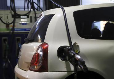 YPF dio marcha atrás y suspendió el aumento del 5% del precio de los combustibles