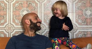 Hombre soltero adoptó a una niña con síndrome de Down que fue rechazada por 20 familias