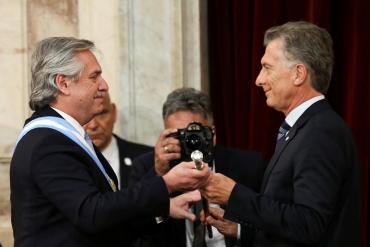 Mauricio Macri le entregó a Alberto Fernández el bastón y la banda presidencial y le deseó