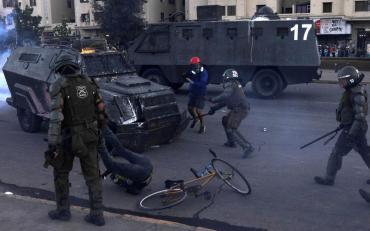 Impresionante video: tanqueta de Carabineros aplastó a joven durante protesta en Chile