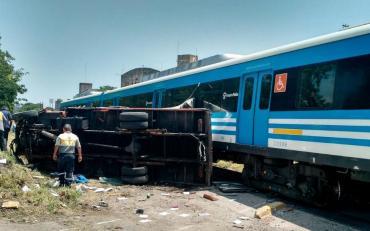Tren de la línea Sarmiento chocó a un camión en Haedo y hay al menos dos heridos