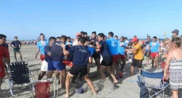Otra vez la violencia en la playa: dos equipos de rugbiers a las piñas en un torneo