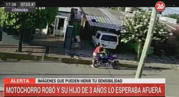 VIDEO: motochorrorobo una peluqueríay su hijo de tres años lo esperaba afuera