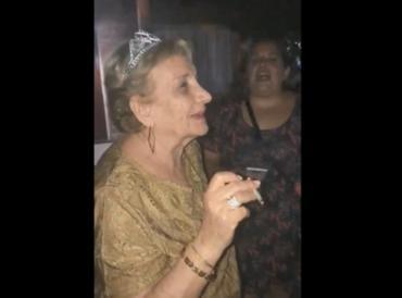 Viral insólito: una abuela festejó sus 80 años fumando marihuana junto a sus nietos