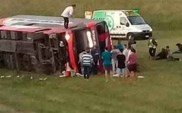 Volcó un micro de Vía Bariloche en la Ruta 2: hay muertos y heridos