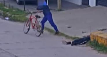 Video indignante: una pareja le robó la bicicleta a hombre desmayado