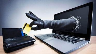"""Mujer envió miles de dólares a su amor cibernético y la estafó: """"Me desangró"""""""