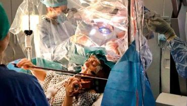 Video: para no perder habilidades, mujer tocó violín mientras era operada en la cabeza