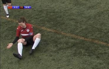 Video viral: una futbolista se dislocó la rodilla y se la recolocó a golpes para volver a jugar