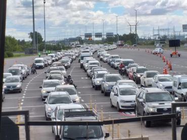 Irresponsabilidad: miles de autos colapsan peaje de Hudson en cuarentena por coronavirus