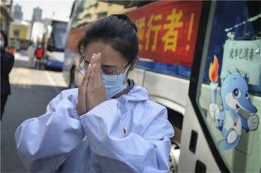 Conmovedora despedida de residentes de Wuhan a médicos chinos como