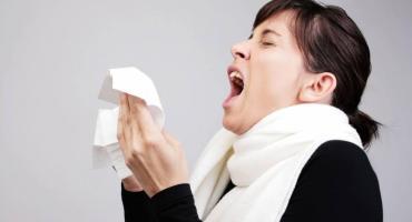 Coronavirus: video muestra hasta dónde pueden viajar las partículas de saliva de un estornudo