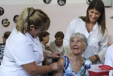 Coronavirus en Argentina: PAMI vacuna a abuelos internados y profesionales de la salud