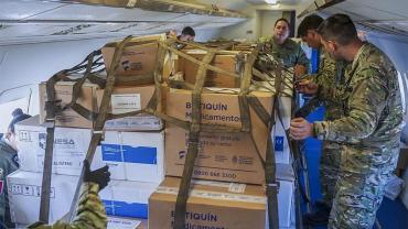 Coronavirus en Argentina: aviones militares llevan respiradores, ecógrafos y protección a provincias
