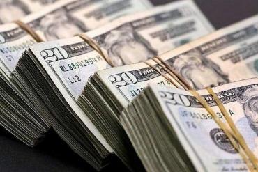 Dólar blue cerró en $127 mientras que el mayorista avanzó a $70,52