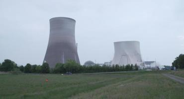 Video: la increíble demolición de dos torres de una planta nuclear en Alemania
