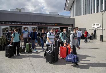 Coronavirus: llegan 600 pasajeros por día a Ezeiza, no los aislarán en hoteles porteños