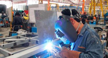 """Según informe, el 44,5% de trabajadores privados """"en blanco"""" gana menos de $ 33.750"""
