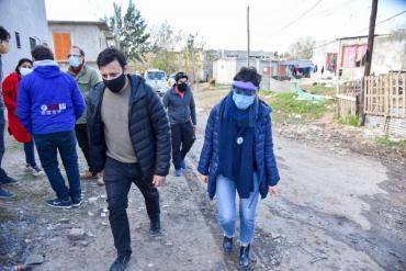 Mayra Mendoza recorrió Villa Azul: confirman 31 casos de coronavirus y siguen los controles