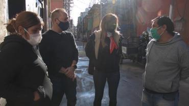 Malena Galmarini y el Gobierno de la Ciudad entregaron lavandina en el Barrio 31 en un nuevo operativo preventivo de Covid-19