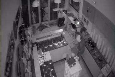 Con barbijos, robaron heladería en Pergamino: se llevaron dinero, un televisor y dos baldes de helados