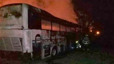Furia, piedrazos y tiros en Entre Ríos: incendiaron un micro y agredieron a bomberos y policías
