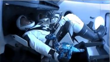 Histórica misión espacial de NASA y SpaceX: un dinosaurio de juguete fue el tercer tripulante