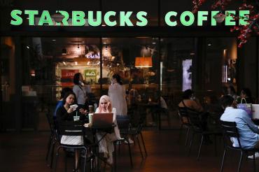 Starbucks se agrega a las más de 160 firmas que retiran anuncios de Facebook