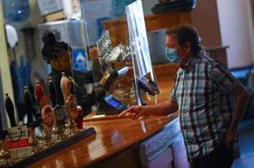 Inglaterra abre pubs y cines tras confinamiento por el coronavirus en Reino Unido