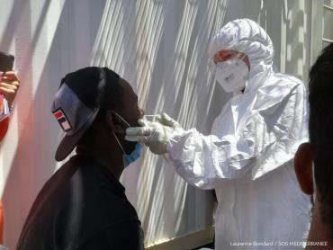 Italia: autoridades realizan test de Covid 19 a los migrantes del Ocean Viking