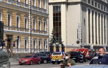 Un hombre amenaza con explotar un banco en Ucrania y se atrincheró con rehenes