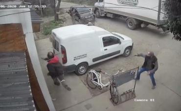IMPACTANTE VIDEO: motochorro asaltó a un chofer y le gatilló, pero el tiro no salió