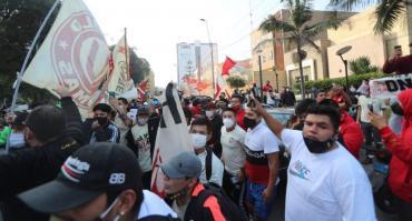 Perú: suspendieron el regreso del fútbol por escandaloso banderazo que terminó con incidentes