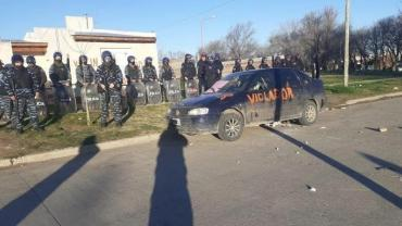Bahía Blanca: vecinos escracharon a acusado de abusar a su hijastra e intentaron lincharlo