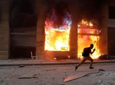 El Líbano en llamas: manifestantes y militares toman cancillería y la proclaman