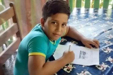 Murió un chico de 11 años mientras jugaba con su celular que se estaba cargando