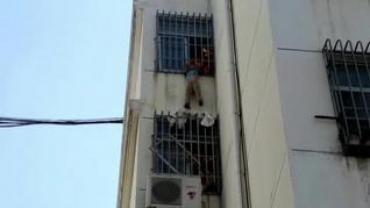 Impactante rescate de los bomberos a un niño colgado en un quinto piso