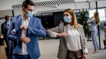 Coronavirus: la OMS desaconseja saludar con el codo