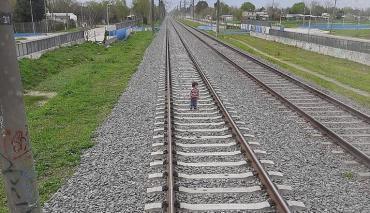 Impactante: vio a un nene caminando por las vías y logró frenar el tren a último momento
