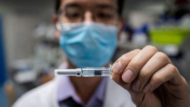 Una vacuna china contra el COVID-19 se probará en niños y adolescentes este mes