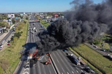 VIDEO: voraz incendio de un camión tras violento choque en la Panamericana