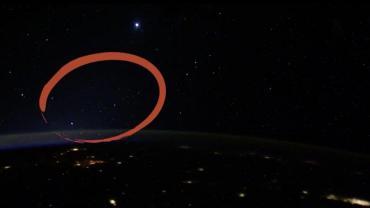 Astronauta de la EEI reveló el misterio de los ovnis luminosos que grabó desde el espacio