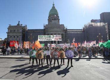 Pañuelazo verde en apoyo al aborto se hizo sentir frente al Congreso y en redes