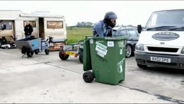 Récord Guinness: alcanzó los 70 kilómetros por hora subido a un contenedor de basura