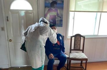 Maradona hisopado para descartar contagio por Contín, delantero de Gimnasia que dio positivo de Covid-19