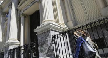 Plazos fijos: las subas de las tasas siguen sin poder frenar al dólar
